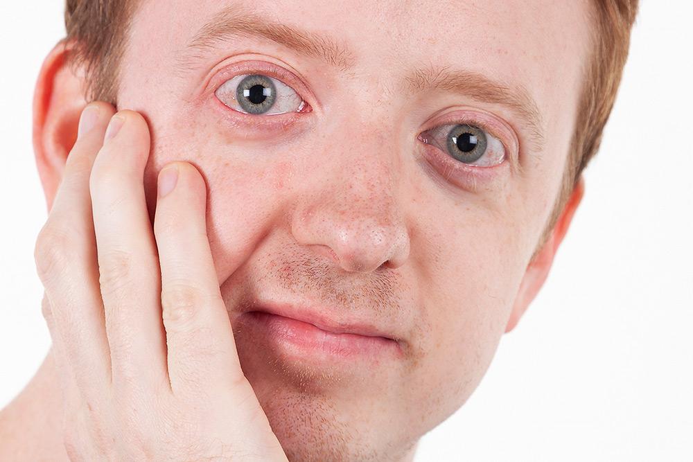 ansiktet av en man med blå ögon