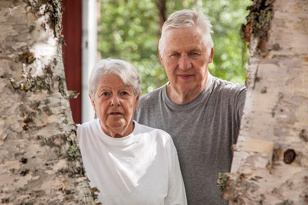 pensionärer, äldre par, kvinna och man mellan björkar