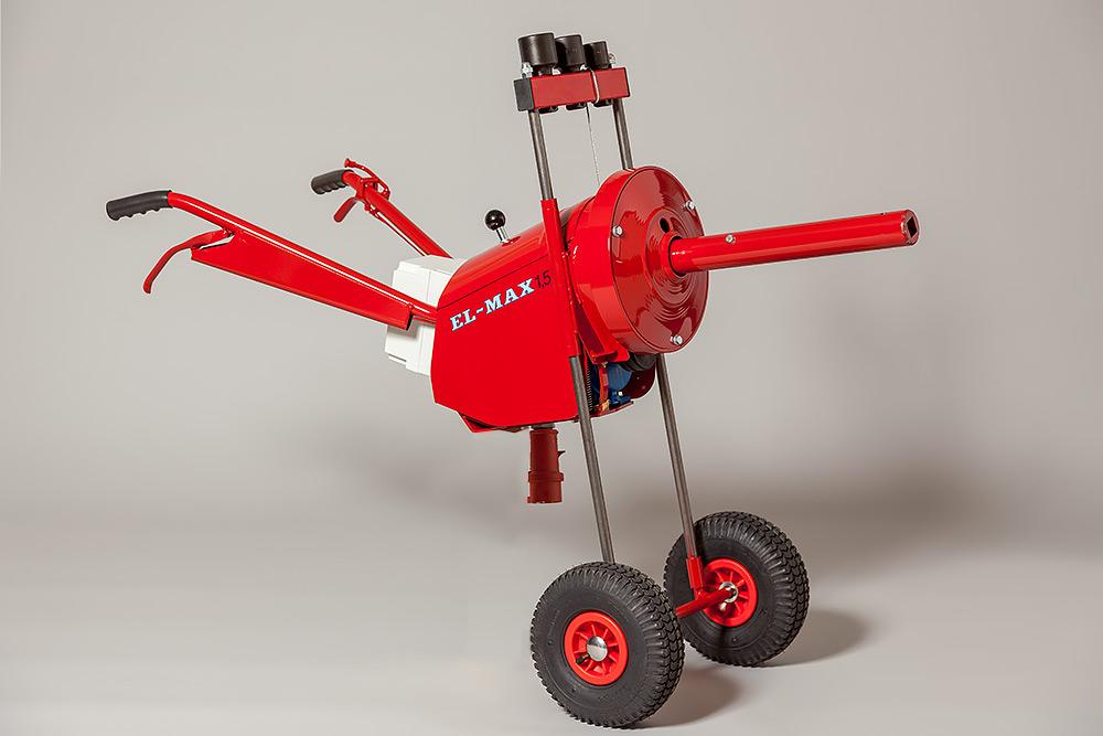 En röd stor maskin på två hjul med två handtag och lång cylinder som sticker ut som ser ut som en nos. Det är en elektrisk maskin som drar hjulmuttrar när man byter däck på stora fordon.