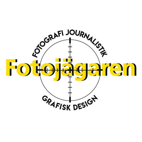 det här är fotojägarens logotyp. gul text med svart skugga över en cirkel graderad med kors som ett kikarsikte. fotografi, journalistik och grafisk design är text som går runt cirkeln