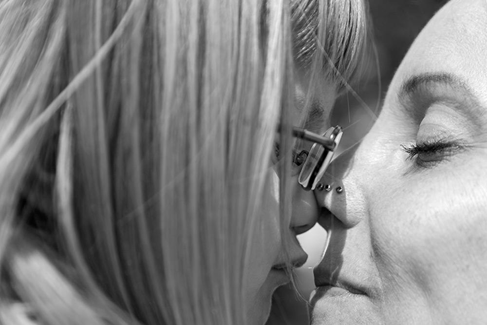 liten flicka gnuggar näsa med sin mamma som blundar