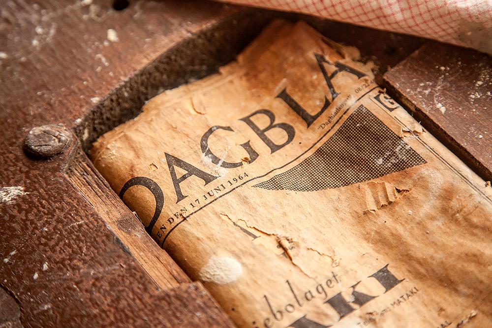 Detaljbild av gammal tidning från 1964, gulnat tidningspapper och trä runt