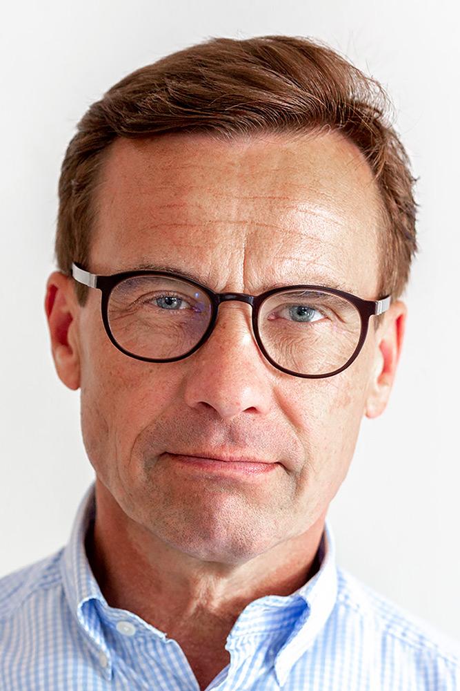 Ansiktsbild på moderatledaren Ulf Kristersson. Allvarlig man med glasögon, kort brunt hår och sidbena.
